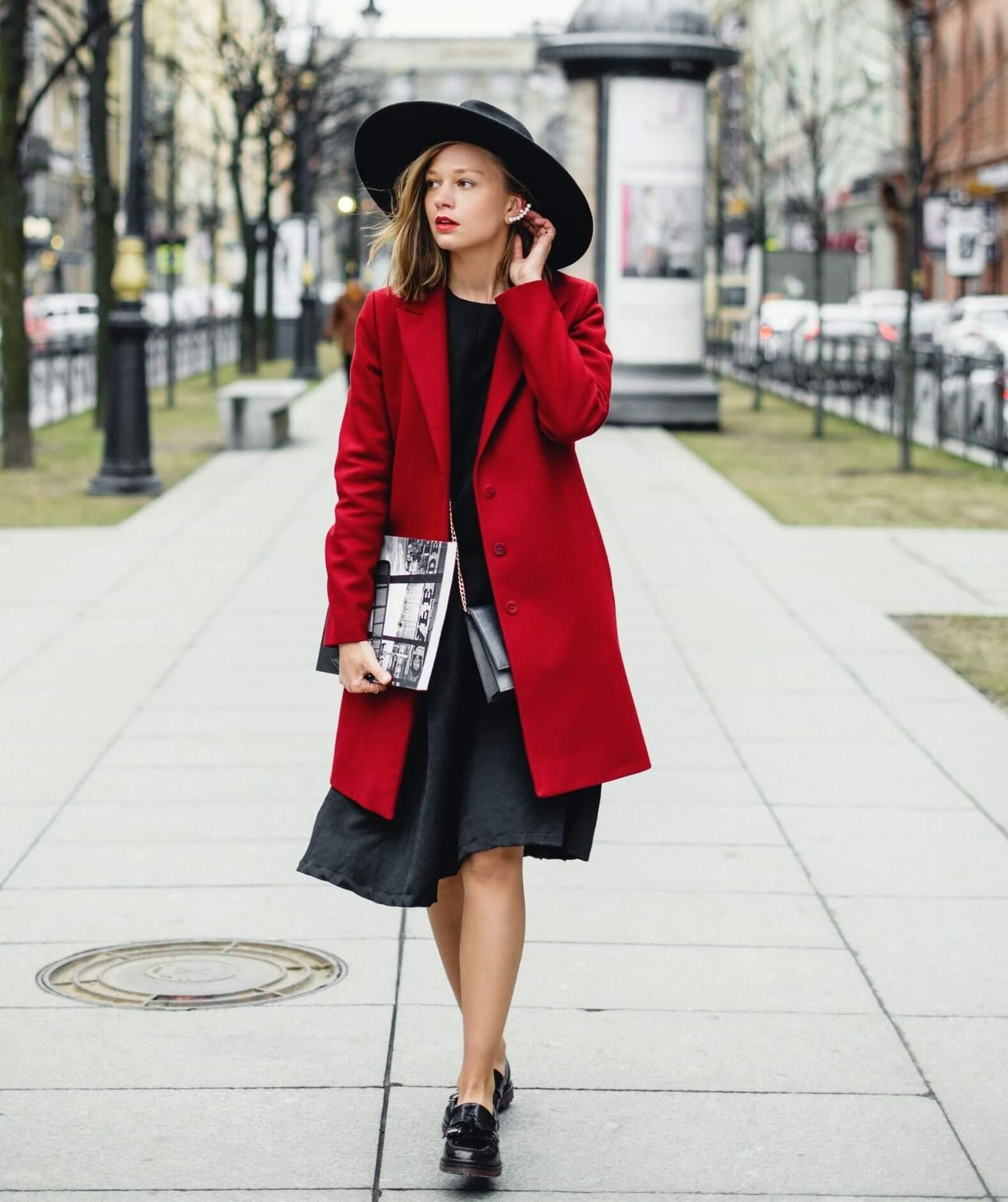 Estilo modesto para clima frío, vestido a la rodilla con abrigo y botines