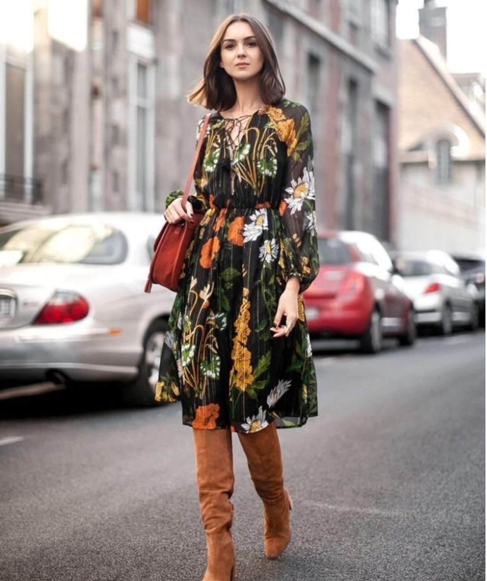 Mujer usando un vestido midi con botas